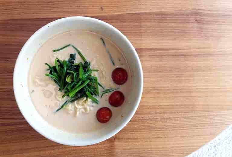 完成したサッポロ一番味噌ラーメンをアレンジした冷やし豆乳ラーメン