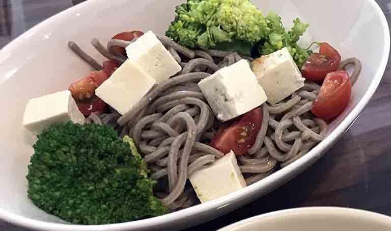 豆腐とブロッコリーのそばサラダ