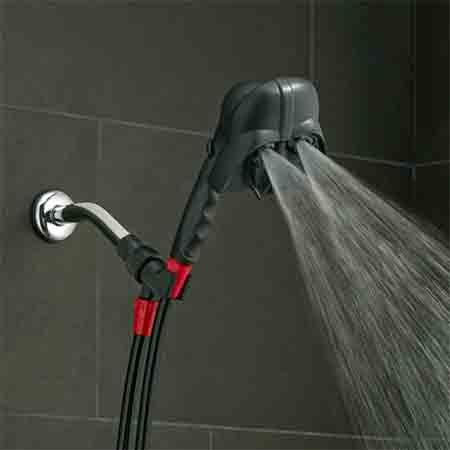 スターウォーズのダース・ベイダーシャワーヘッドの目からお水が出る様子