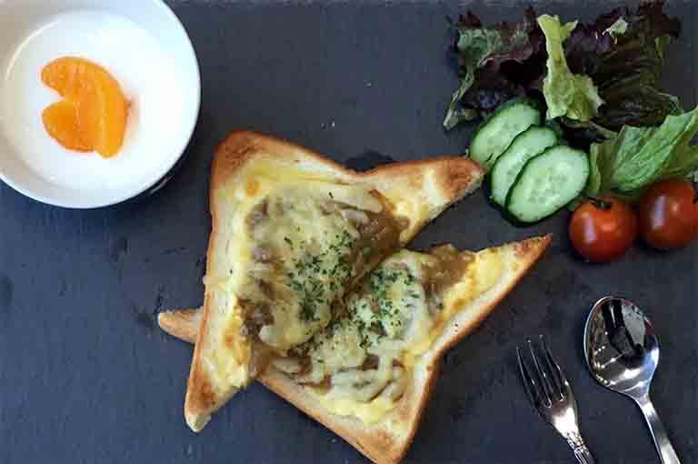 出来上がったチーズカレートーストの写真