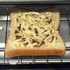 全て食パンに乗せたらトースターへ
