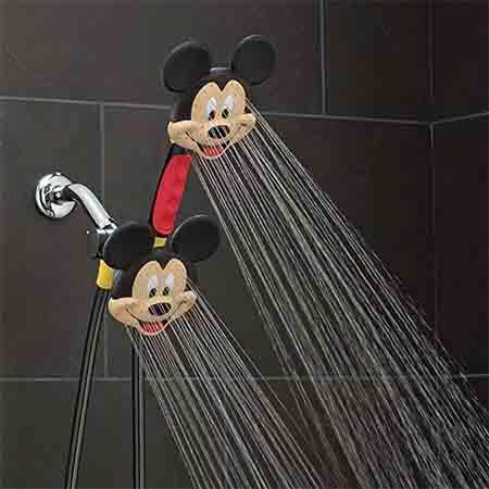 ミッキーマウスのシャワーヘッドから水が出る様子
