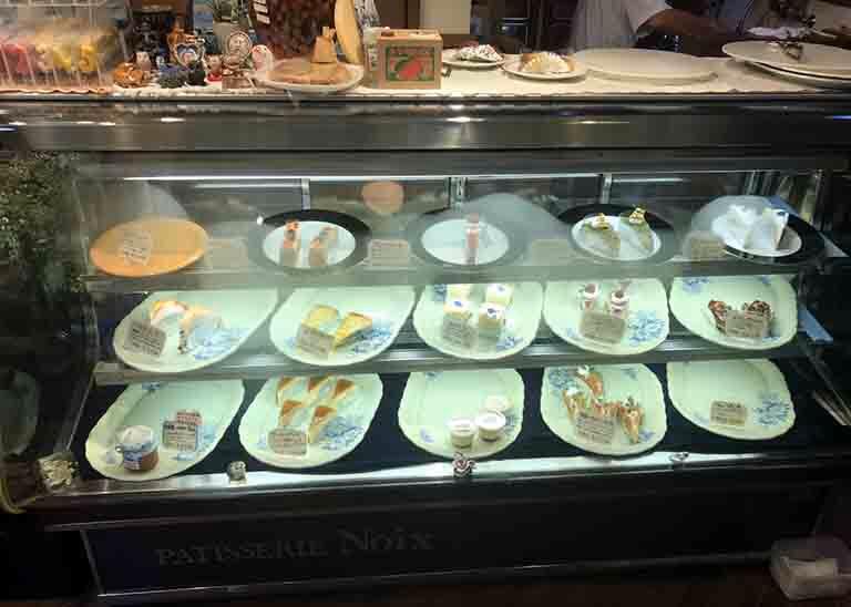 パティスリーノアのケーキの陳列ケースの写真